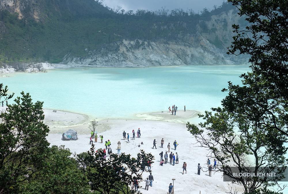 Kawah Putih- địa điểm dừng chân đầu tiên trong chuyến hành trình