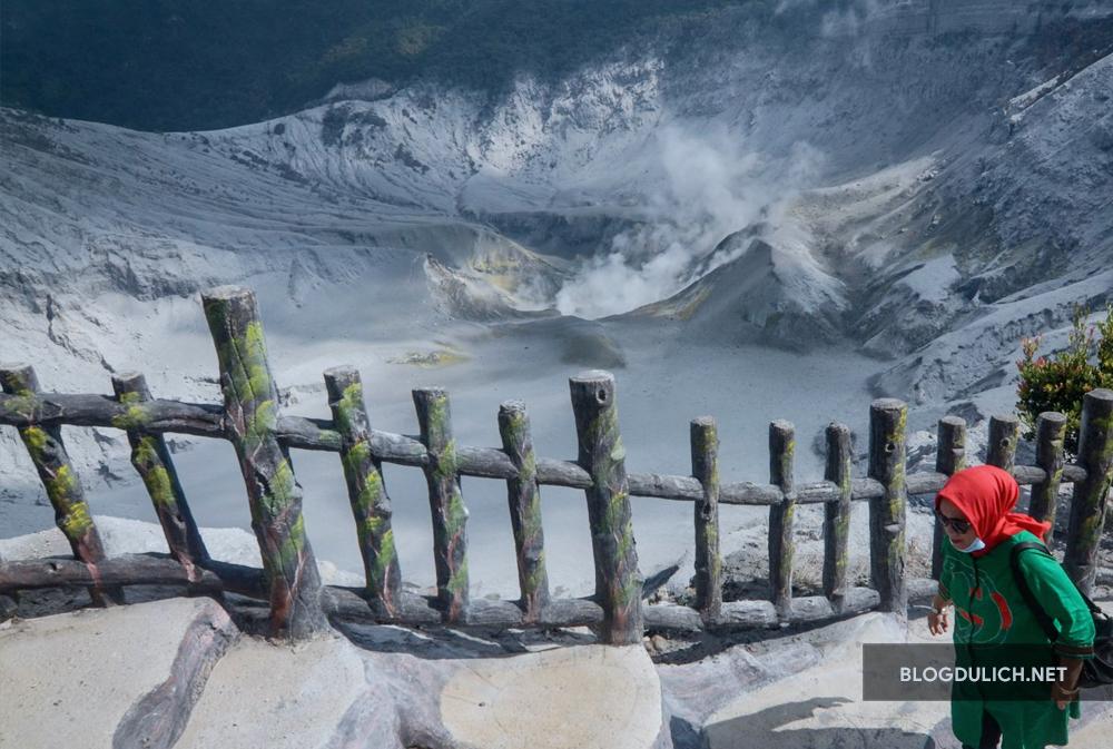 Nên ghé thăm ngọn núi lửa Tangkuban Perahu để có trải nghiệm mới