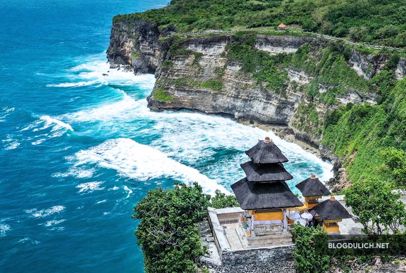 Đền Uluwatu nằm trên vách núi ngay biển